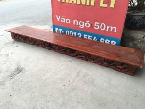 Kệ gỗ dùng để treo lên tường bày đồ, hoặc để tượng
