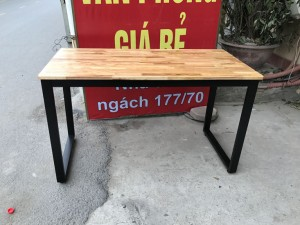 Bàn chân sắt chữ U 1m2 mặt gỗ cao su chống nước. Mã CAS 002