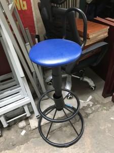 Ghế bar chân sơn tĩnh điện mặt da màu xanh. mới 90%